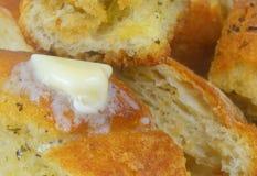 Закройте вверх маслянистого хлеба чеснока стоковая фотография