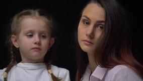 Закройте вверх матери и дочери рядом друг с другом в студии видеоматериал
