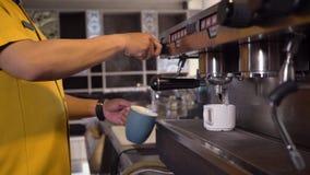 Закройте вверх машины кофе на работе сток-видео