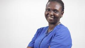 Закройте вверх медсестры молодой женщины, усмехающся видеоматериал