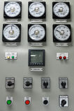 Закройте вверх метров электрического счетчика, электроэнергетики для комплекса апартаментов или оффшорного завода нефти и газ стоковые изображения rf