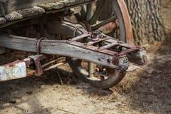 Закройте вверх механизма старой ржавой деревянной фуры соединяясь, колеса v стоковые изображения rf