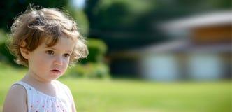 Закройте вверх милой маленькой девочки в саде стоковые изображения rf