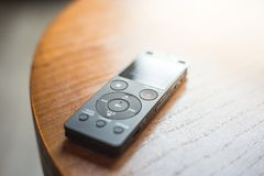 Закройте вверх мини рекордера на деревянном столе Звук оборудования рекордный стоковые изображения