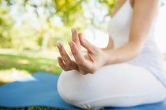 Закройте вверх мирной женщины размышляя сидеть на парке Стоковые Фотографии RF