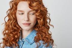 Закройте вверх милой девушки redhead при веснушки смотря камеру Белая предпосылка скопируйте космос Стоковое фото RF