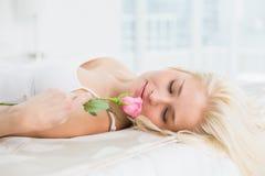 Закройте вверх милой женщины в кровати с розой Стоковые Фотографии RF