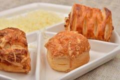 Закройте вверх много различный вид свежего печенья слойки с сыром стоковое изображение
