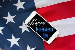Закройте вверх мобильного телефона на американский День независимости стоковая фотография rf