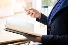 Закройте вверх молодого бизнесмена используя передвижной умный телефон для работы Стоковая Фотография