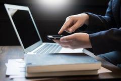 Закройте вверх молодого бизнесмена используя передвижной умный телефон для работы Стоковая Фотография RF
