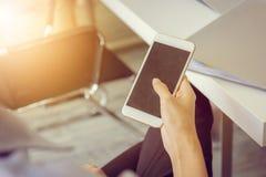 Закройте вверх молодого бизнесмена используя передвижной smartphone на meetin стоковые фото