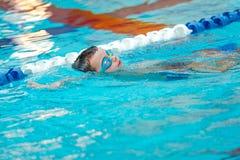 Закройте вверх молодого заплывания мальчика в бассейне Стоковая Фотография RF
