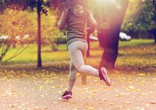 Закройте вверх молодой женщины бежать в парке осени Стоковые Фотографии RF