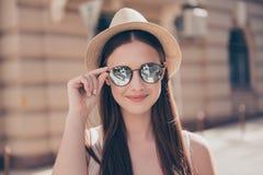 Закройте вверх молодой милой усмехаясь девушки в солнечных очках и шляпе зеркала Стоковые Фото