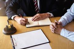 Закройте вверх молотка, мужские юрист или судья советуют с с клиентом и стоковое изображение