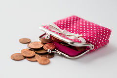 Закройте вверх монеток и бумажника евро на таблице Стоковая Фотография RF