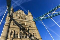 Закройте вверх моста башни стоя под одним из entr Стоковое Фото