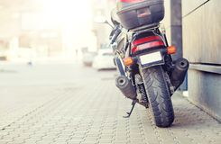 Закройте вверх мотоцикла припаркованного на улице города Стоковые Изображения