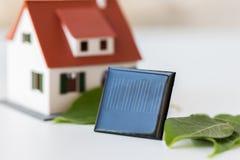 Закройте вверх модели дома и солнечной батареи или клетки Стоковое Изображение
