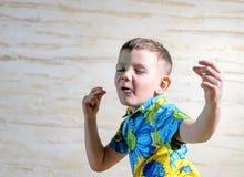 Закройте вверх молодого мальчика поя и танцуя Стоковое Изображение