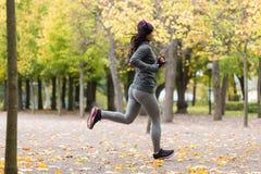 Закройте вверх молодой женщины бежать в парке осени Стоковое фото RF