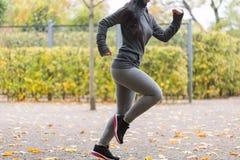 Закройте вверх молодой женщины бежать в парке осени Стоковое Изображение RF