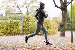 Закройте вверх молодой женщины бежать в парке осени Стоковое Фото