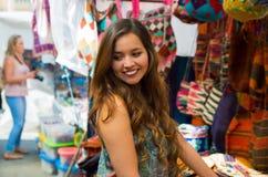 Закройте вверх молодой женщины в андийской традиционной пряже ткани одежды и сплетенной вручную в шерстях, красочных тканях Стоковые Изображения RF