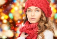 Закройте вверх молодой женщины в одеждах зимы Стоковое Изображение