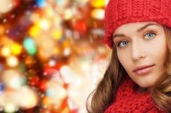 Закройте вверх молодой женщины в одеждах зимы Стоковые Фото