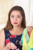 Закройте вверх молодой женщины, держащ сортированное красочное нижнее белье и таблетку или суппозиторие мягкого желатина влагалищ Стоковая Фотография