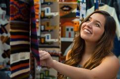 Закройте вверх молодой женщины касаясь пряже ткани одежды андийского рюкзака традиционной и сплетенной вручную в шерстях Стоковые Фотографии RF
