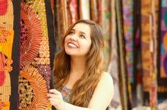 Закройте вверх молодой женщины касаясь пряже ткани одежды андийского рюкзака традиционной и сплетенной вручную в шерстях Стоковое Фото