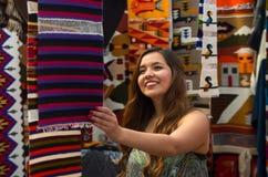 Закройте вверх молодой женщины касаясь пряже ткани одежды андийского рюкзака традиционной и сплетенной вручную в шерстях Стоковое фото RF