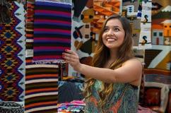 Закройте вверх молодой женщины касаясь пряже ткани одежды андийского рюкзака традиционной и сплетенной вручную в шерстях Стоковые Фото