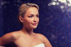 Закройте вверх молодой женщины сидя в полотенце ванны Стоковые Изображения