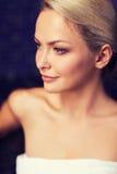 Закройте вверх молодой женщины сидя в полотенце ванны Стоковые Фотографии RF