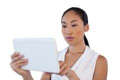 Закройте вверх молодой коммерсантки используя планшет Стоковые Изображения