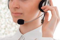 Закройте вверх молодой красивой девушки работника центра телефонного обслуживания с наушниками и представлять микрофона изолирова Стоковые Изображения RF