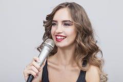 Закройте вверх молодой красивой девушки с микрофоном Стоковая Фотография