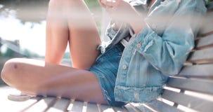 Закройте вверх молодых женских рук используя телефон, outdoors Стоковое Изображение