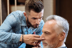 Закройте вверх молодых мужских волос вырезывания парикмахера Стоковое фото RF