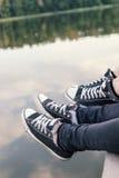 Закройте вверх мужских и женских ног ` s ослабляя Стоковая Фотография