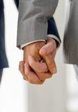 Закройте вверх мужских пар гомосексуалиста держа руки Стоковое Изображение RF