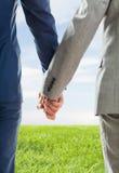 Закройте вверх мужских пар гомосексуалиста держа руки Стоковое Фото