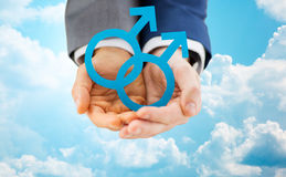 Закройте вверх мужских пар гомосексуалиста держа символ рода Стоковое Фото