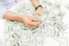 Закройте вверх мужских рук бизнесмена с деньгами Стоковые Изображения RF