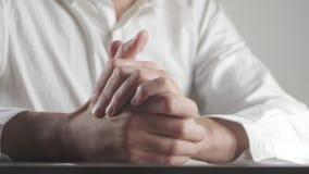 Закройте вверх мужских рук выражая страх и тревожность Человек скручивает руки слабонервно видеоматериал