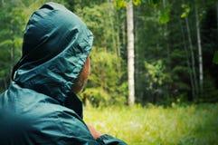 Закройте вверх мужского затылка Неизвестный человек идет к глубокому лесу стоковые изображения rf